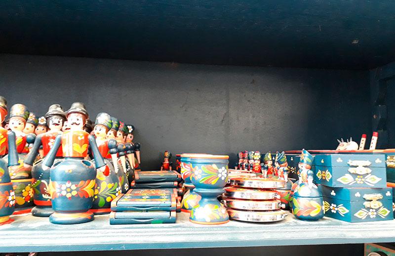 Souvenir-Budapest-objetos-de-madera-pintados