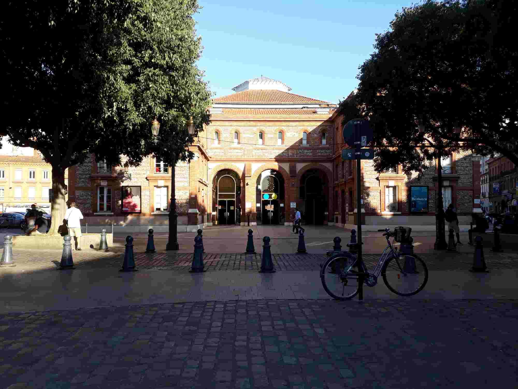 La Halle aux Grains es uno de los edificios simbólicos del exilio español en Toulouse, ya que era lugar habitual de reunión de simpatizantes anarquistas