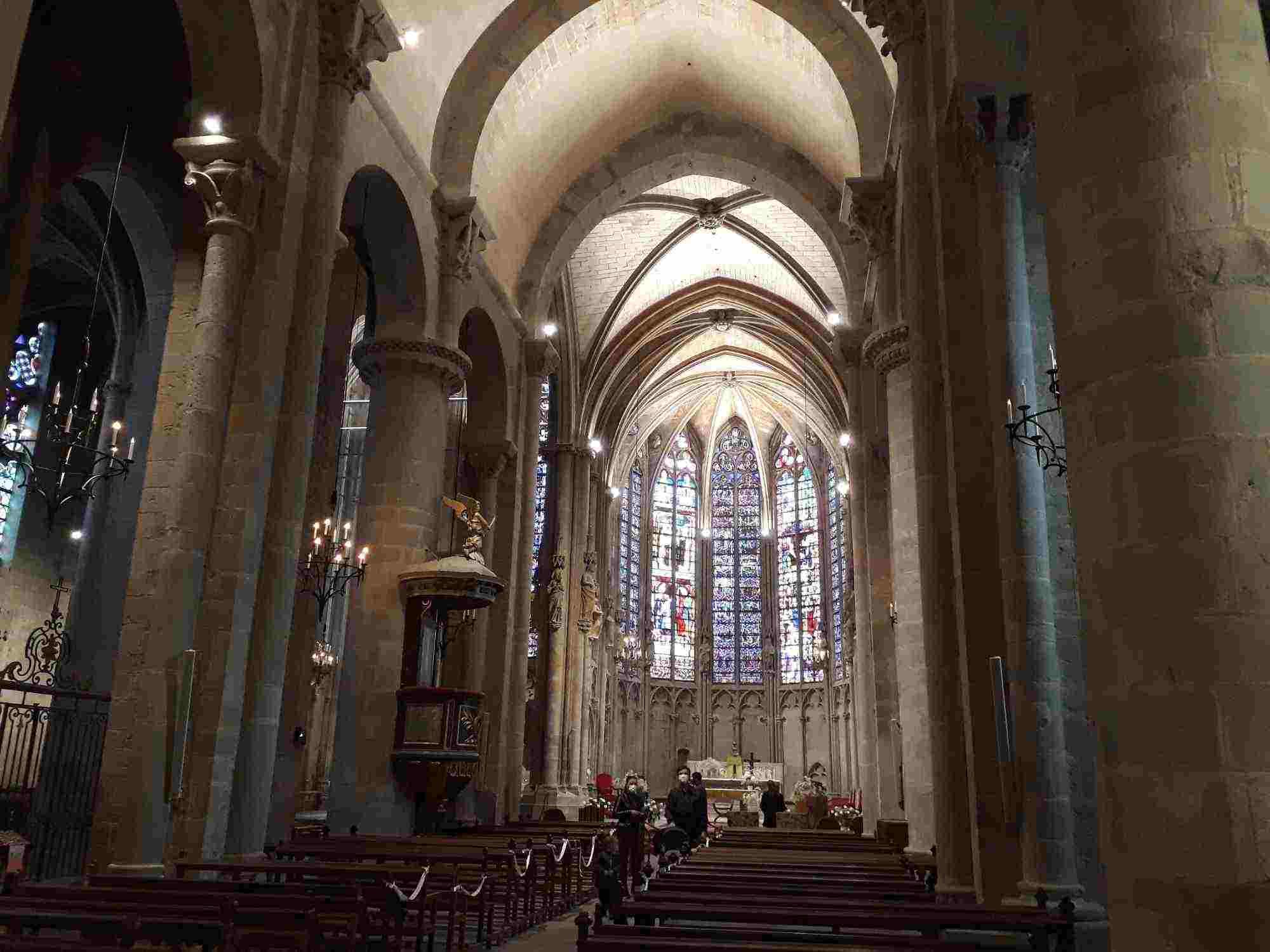 Interior de la Basílica de Saint-Nazaire de Carcassonne con sus características vidrieras al fondo