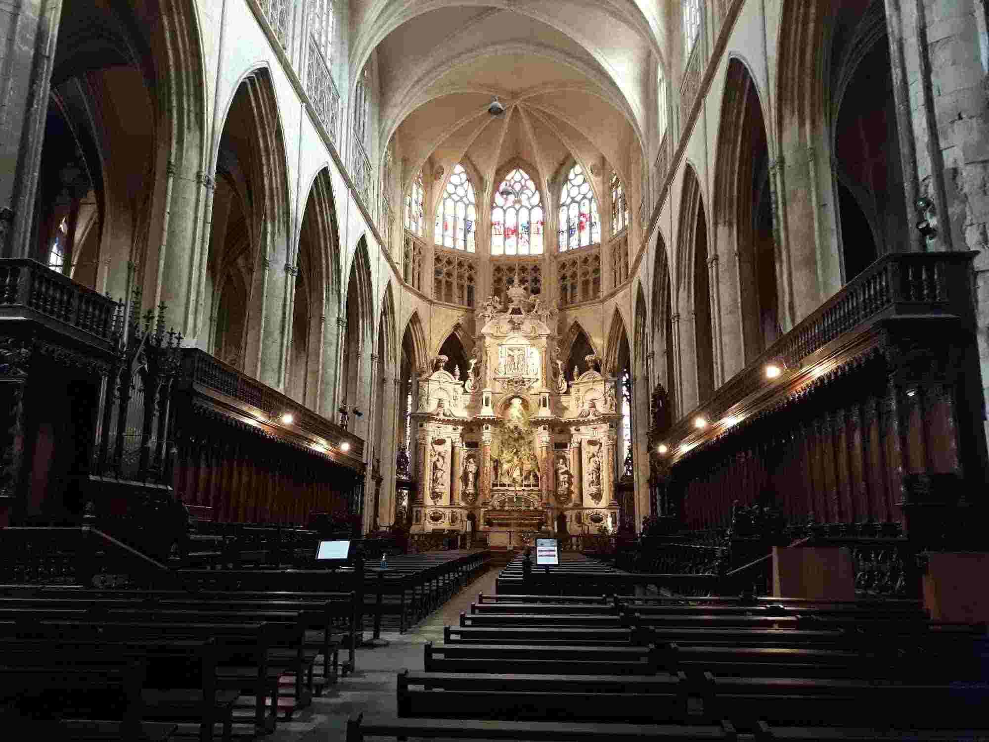 Coro gótico en el interior de la Catedral de Saint-Ètienne